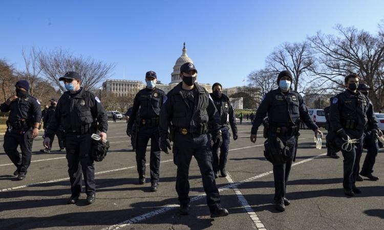 Cảnh sát quốc hội Mỹ thực hiện nhiệm vụ tuần tra ở Đồi Capitol hôm 13/1. Ảnh: AFP.