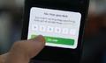 Dùng điện thoại cục gạch để tránh bị hack tài khoản ngân hàng?