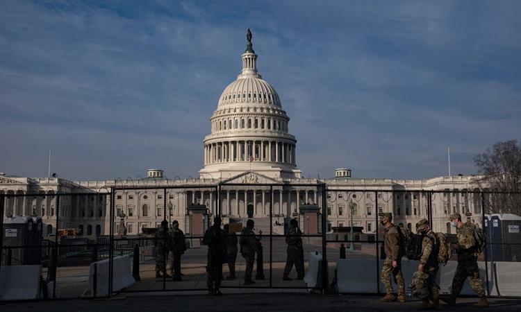 Lực lượng an ninh và rào chắn được bố trí bên ngoài tòa nhà quốc hội Mỹ hôm 15/1. Ảnh: NY Times.