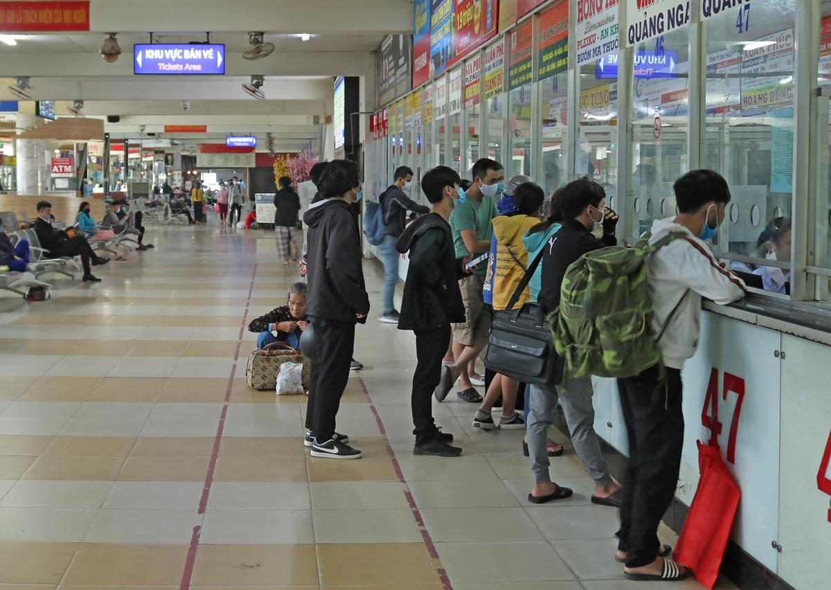 Khách mua vé ở quầy nhà xe Chín Nghĩa, Phương Trang tại bến xe Miền Đông, chiều 18/1. Ảnh: Gia Minh.
