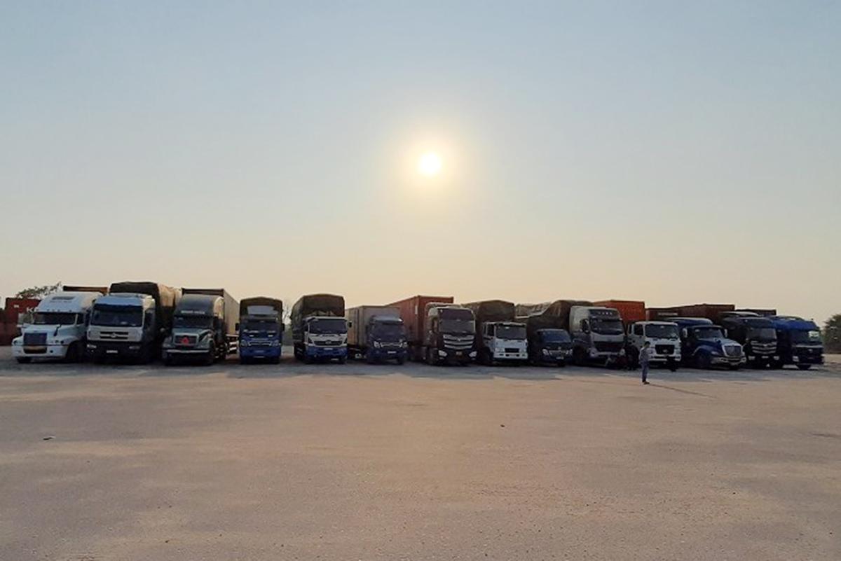 14 xe tải chở khoảng 300 tấn hàng nhập lậu từ Quảng Ninh về Hà Nội tiêu thụ bị công an Hải Dương phát hiện, bắt giữ tại Trạm dừng nghỉ V52 trên đường cao tốc Hà Nội- Hải Phòng vào chiều 13/1. Ảnh: Công an Hải Dương