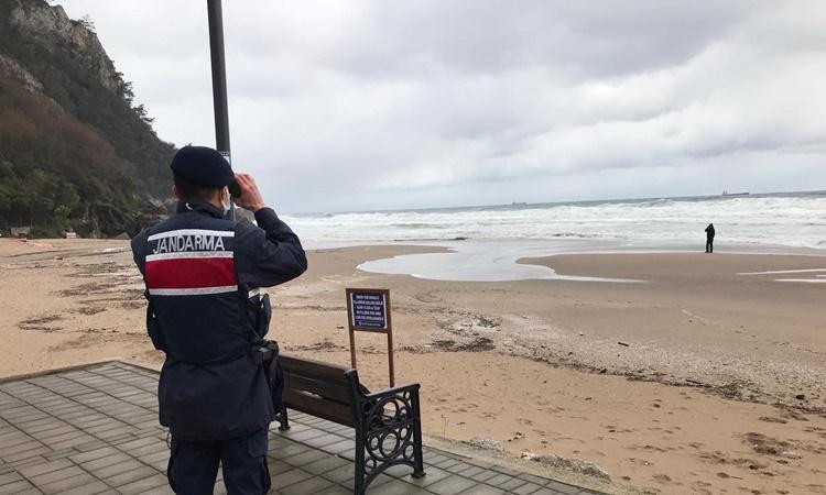 Một sĩ quan hiến binh theo dõi khu vực tàu chở hàng Nga chìm, ngoài khơi tỉnh Bartin, Thổ Nhĩ Kỳ, ngày 17/1. Ảnh: Anadolu Agency.