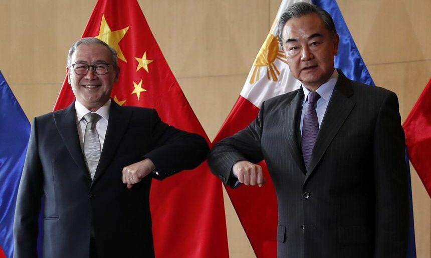Ngoại trưởng Trung Quốc Vương Nghị (phải) và Ngoại trưởng Philippines Teodoro Locsin tại Manila ngày 16/1. Ảnh: AFP.