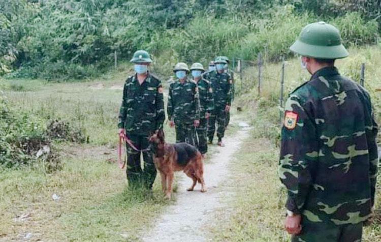 Bộ đội biên phòng Hà Tĩnh tổ chức tuần tra kiểm soát ngăn chặn người trốn cách ly. Ảnh: Đức Hùng