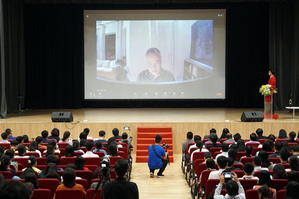 GS Ngô Bảo Châu giao lưu trực tuyến với hơn 1.000 học sinh, sinh viên TP HCM tại Đại học Văn Lang, ngày 17/1. Ảnh: Mạnh Tùng.