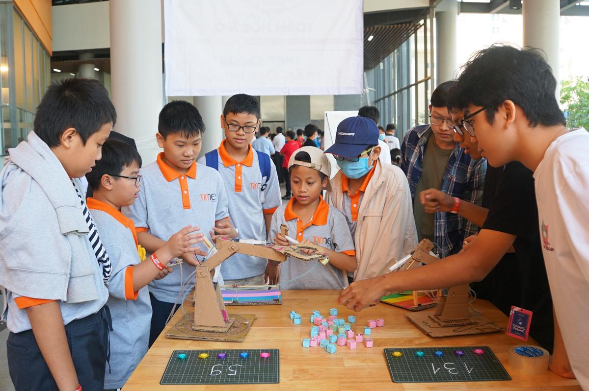 Học sinh tham gia trải nghiệm các sản phẩm ứng dụng Toán học do các em tự thiết kế. Ảnh: Mạnh Tùng.