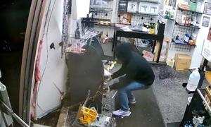 Đạo chích kéo máy ATM xuyên tường