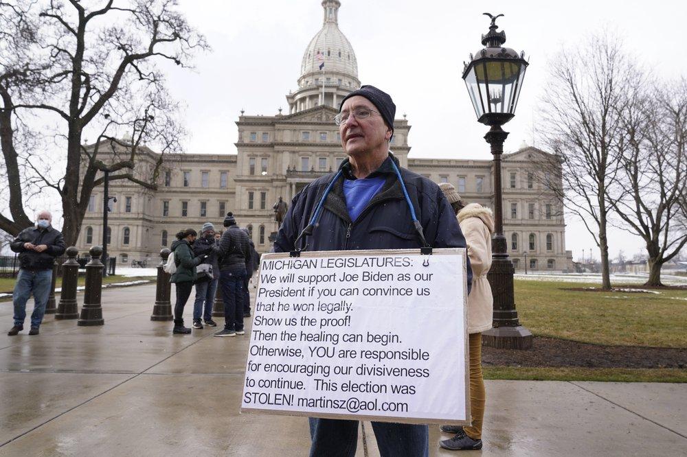 Người biểu tình ủng hộ Trump bên ngoài nghị viện bang Michigan ở Lansing hôm 17/1. Ảnh: AP.