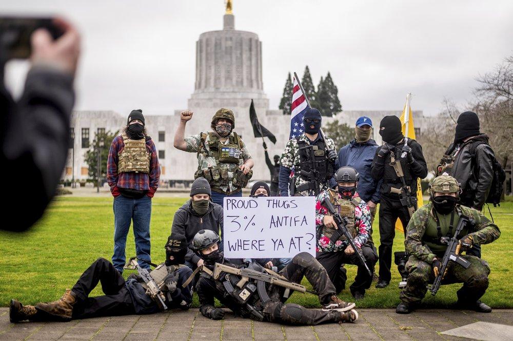 Người biểu tình có vũ trang thuộc nhóm Liberty Boys bên ngoài nghị viện bang Orego ở Salem hôm 17/1. Ảnh: AP.