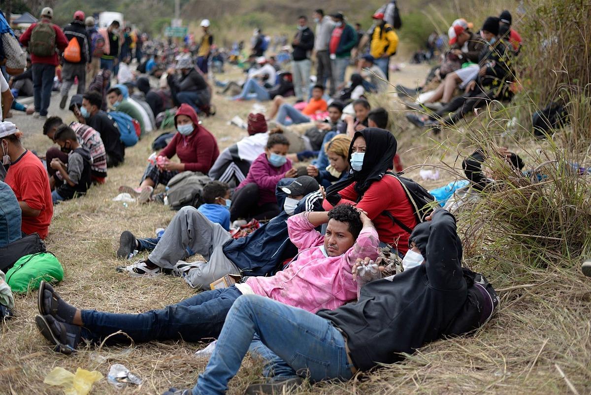 Người di cư Honduras, một phần của đoàn lữ hành đang hướng tới Mỹ, vẫn ở Vado Hondo, Guatemala, hôm 17/1. Ảnh: AFP