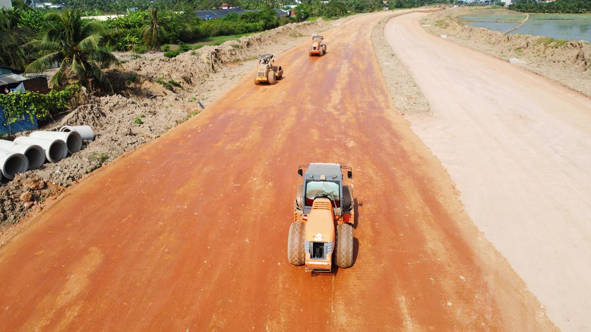 Đường vành đai TP Tân An có tổng vốn hơn 1.500 tỷ đồng đang được triển khai thi công. Ảnh: Hoàng Nam