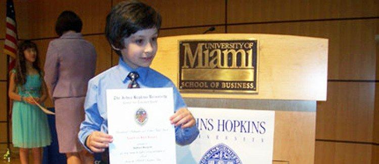 Nathan Bergrin nhận chứng nhận học trực tuyến dành cho trẻ tài năng từ Trung tâm Johns Hopkins. Ảnh: April Kopcsick-Bergrin.