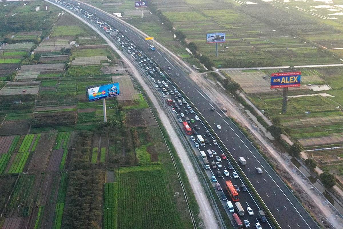 Cao tốc Pháp Vân - Cầu Giẽ thường ùn tắc chiều về Hà Nội vào ngày cao điểm. Ảnh: Ngọc Thành.