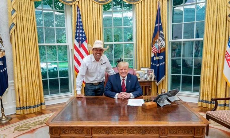 Couy Griffin (trái) gặp Tổng thống Mỹ Donald Trump tại Nhà Trắng hồi tháng 9/2019. Ảnh: Cowboys for Trump.