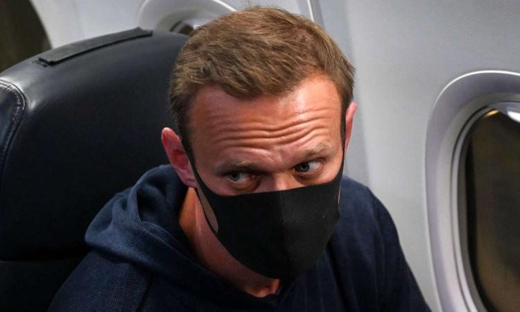Alexei Navalny trên chuyến bay về Nga hôm 17/1. Ảnh: AFP.
