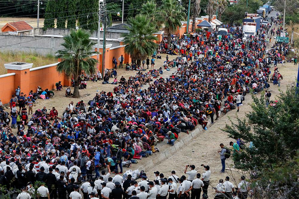 Dòng người di cư đang hướng tới Mỹ ở Vado Hondo, Guatemala, hôm 17/1. Ảnh: Reuters.
