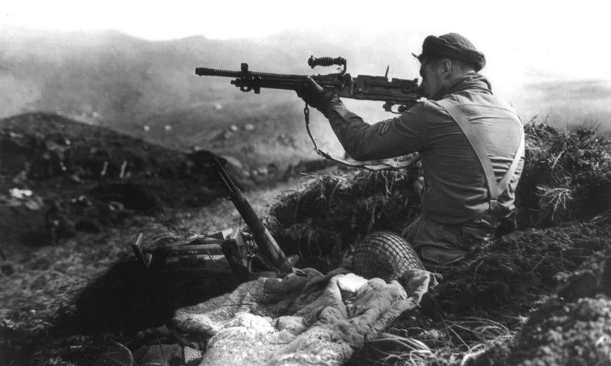 Lính Canada ngắm bắn vị trí quân Nhật trên đảo Kiska. Ảnh: Thư viện Quốc hội Mỹ.
