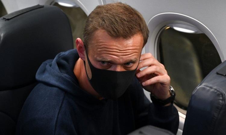 Nhà hoạt động đối lập Nga Alexei Navalny trên chuyến bay về Nga hôm 17/1. Ảnh: AFP.