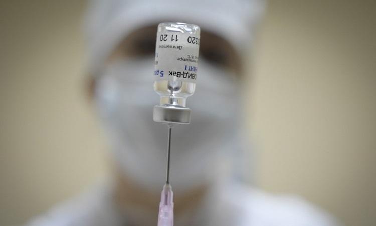 Y tá chuẩn bị liều tiêm vaccine Sputnik V tại một bệnh viện ở Moskva, Nga tháng trước. Ảnh: AFP.