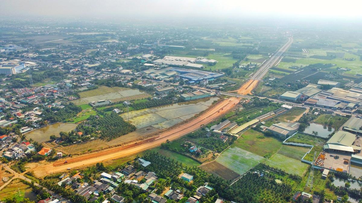 Đường Vành đai TP Tân An dài hơn 23km, mặt đường rộng 33m sẽ hoàn thành sau 5 năm nữa. Ảnh: Hoàng Nam