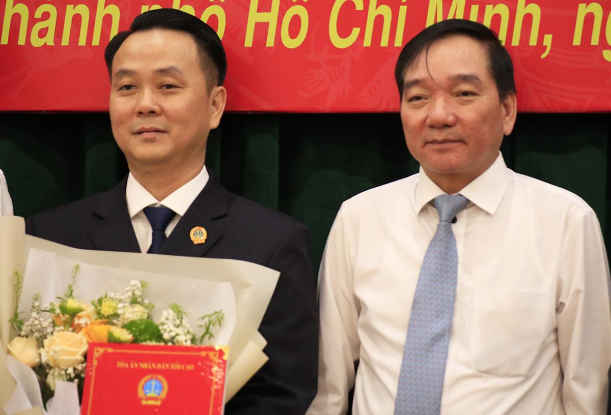 Ông Trần Anh Tuấn, Vụ trưởng Vụ Tổ chức - Cán bộ TAND Tối cao (phải) trao quyết định cho ông Phạm Thành Vinh. Ảnh: Hữu Công.