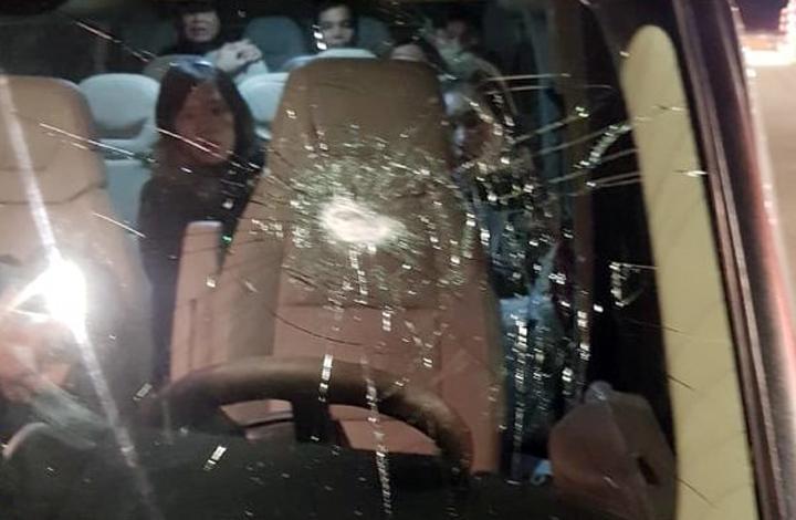 Một ôtô khách bị ném vỡ kính lái phía trước. Ảnh: Cục CSGT