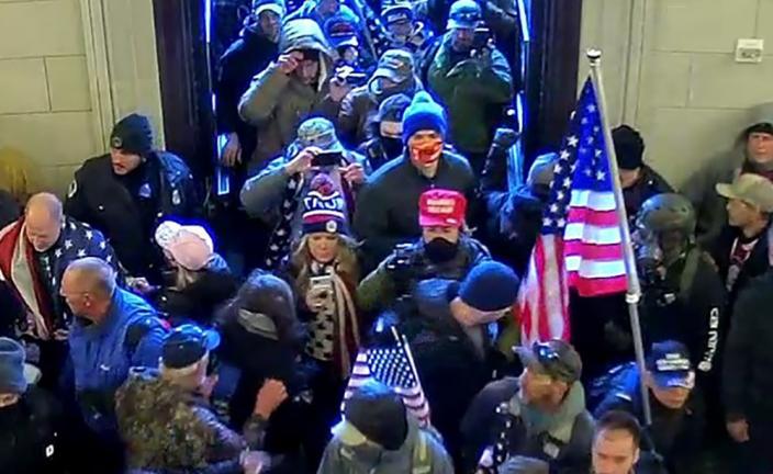 Jenna Ryan (ở giữa, đội mũ len Trump), cùng đám đông tràn vào Đồi Capitol hôm 6/1. Ảnh: U.S. Attorneys Office.