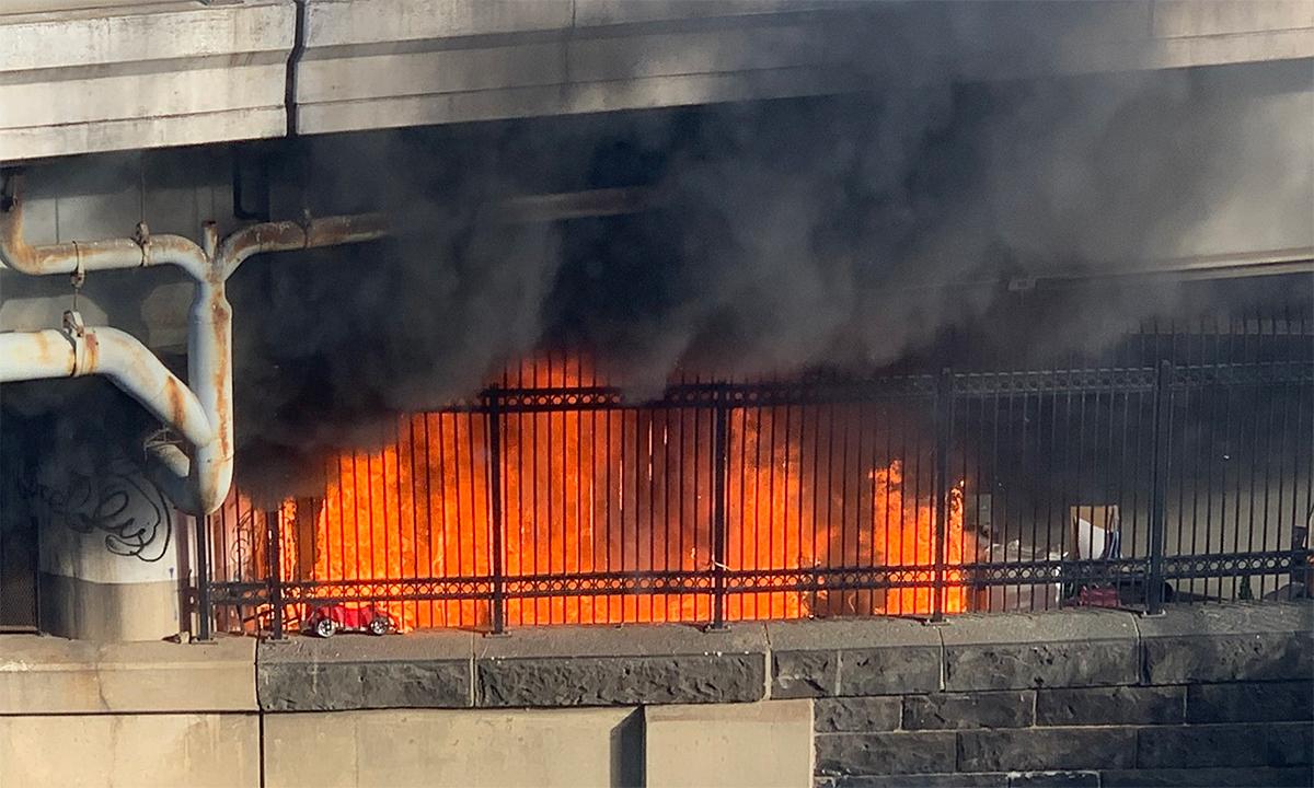 Đám cháy tại khu vô gia cư dưới chân một cây cầu gần tòa nhà quốc hội Mỹ, ngày 18/1. Ảnh: Twitter/AuroraIntel.