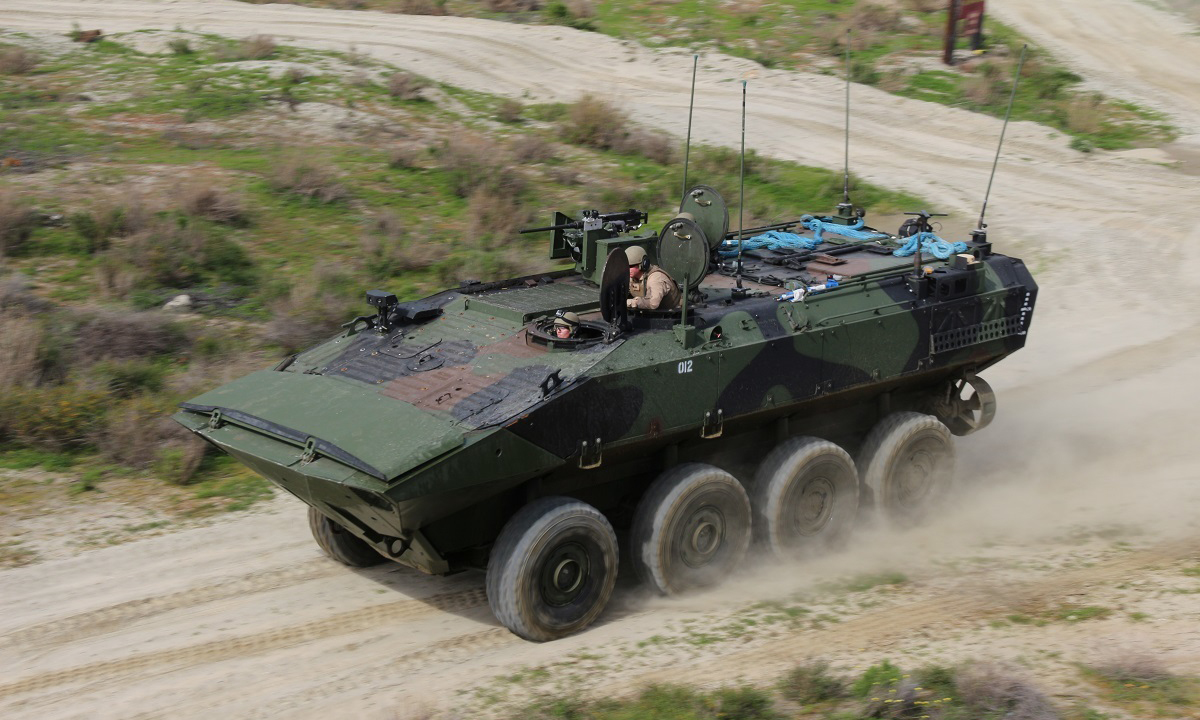 Chuyên gia kỹ thuật hướng dẫn binh sĩ Mỹ vận hành thiết giáp lội nước ACV tại căn cứ Pedleton, bang California, tháng 2/2019. Ảnh: USMC.
