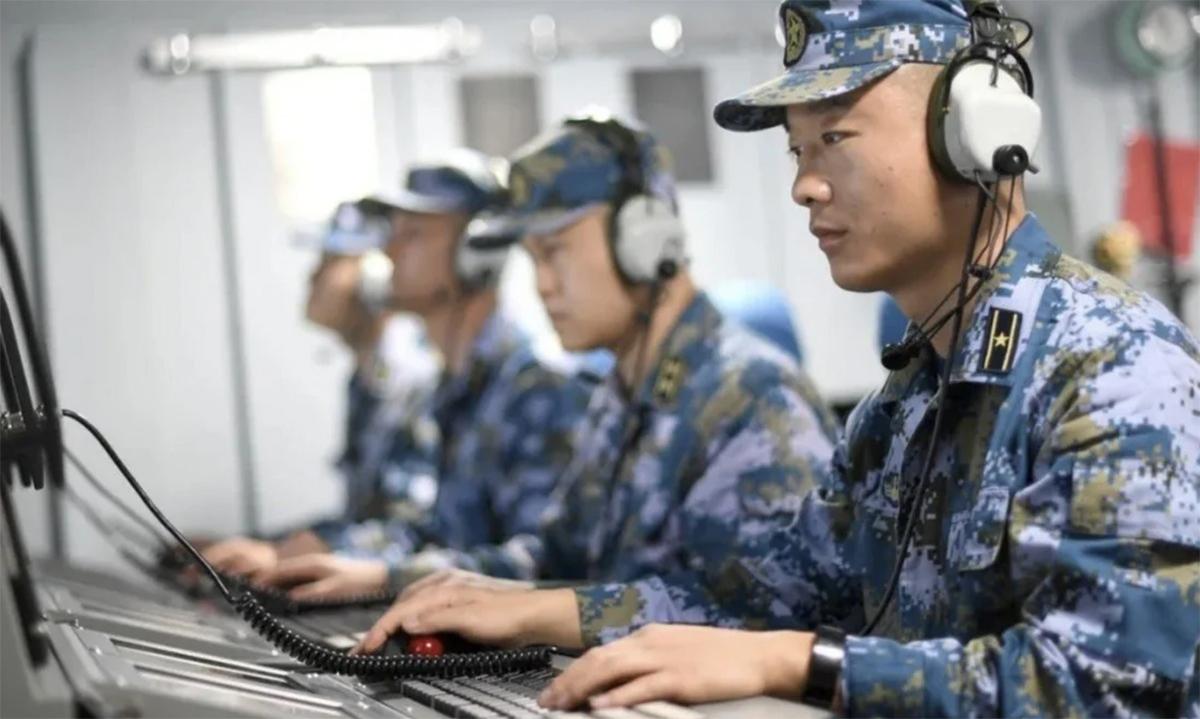 Sĩ quan liên lạc trên một chiến hạm của Trung Quốc. Ảnh chụp màn hình kênh CGTN.