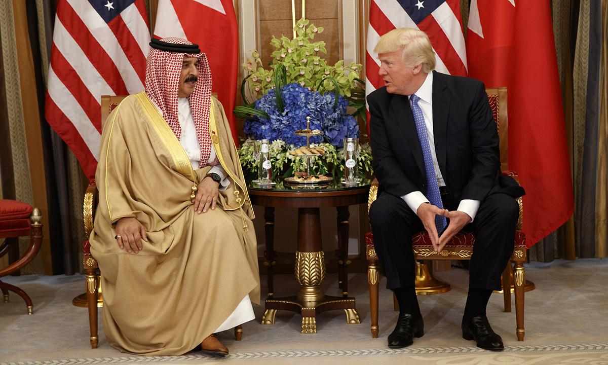 Tổng thống Mỹ Donald Trump (phải) trong cuộc gặp song phương với Vua Bahrain Hamad bin Isa Al Khalifa tại Riyadh, Arab Saudi, hồi tháng 5/2017. Ảnh: AP.