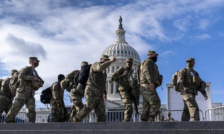 Vệ binh Quốc gia bên ngoài tòa nhà quốc hội ở thủ đô Washington DC, Mỹ, ngày 17/1. Ảnh: AP.