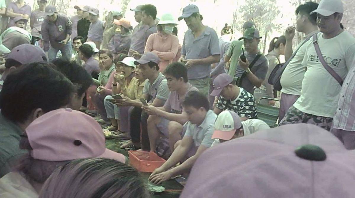 Hàng chục người chơi xóc đĩa hôm 22/11/2019. Ảnh:Cắt từ video của Hắc Minh.