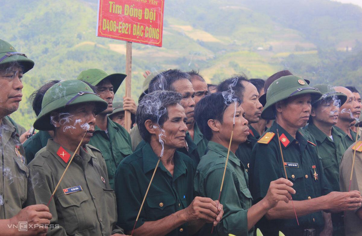 Những người lính tề tựu về Vị Xuyên thắp hương cho đồng đội. Ảnh: Hoàng Phương