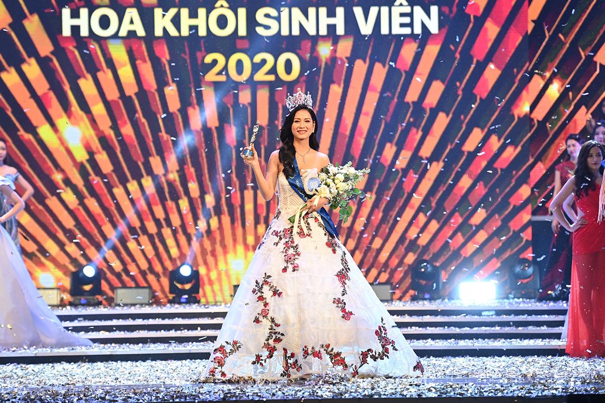 Lê Thị Tường Vy nhận vương miện, hoa và kỷ niệm chương của cuộc thi Hoa khôi Sinh viên Việt Nam năm 2020. Ảnh: Giang Huy.