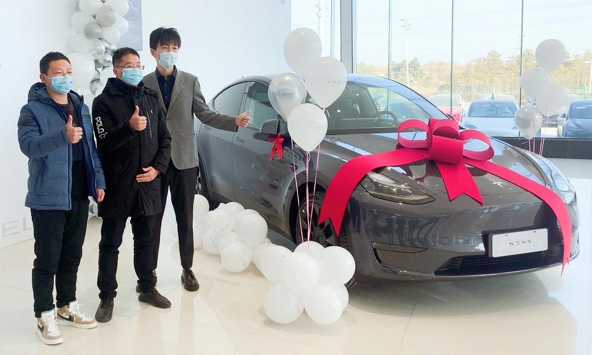 Khách hàng nhận xe Tesla Model Y tại Trung Quốc. Ảnh: Tesla
