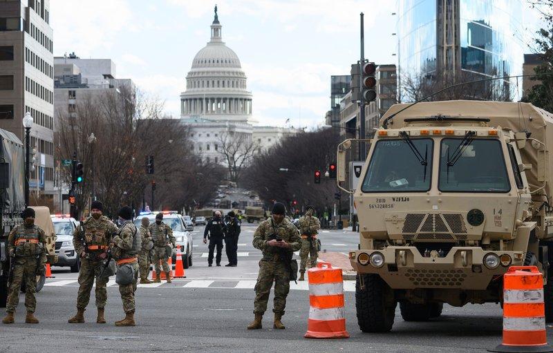 Vệ binh Quốc gia canh gác ở một con phố gần Đồi Capitol hôm 17/1. Ảnh: AFP.
