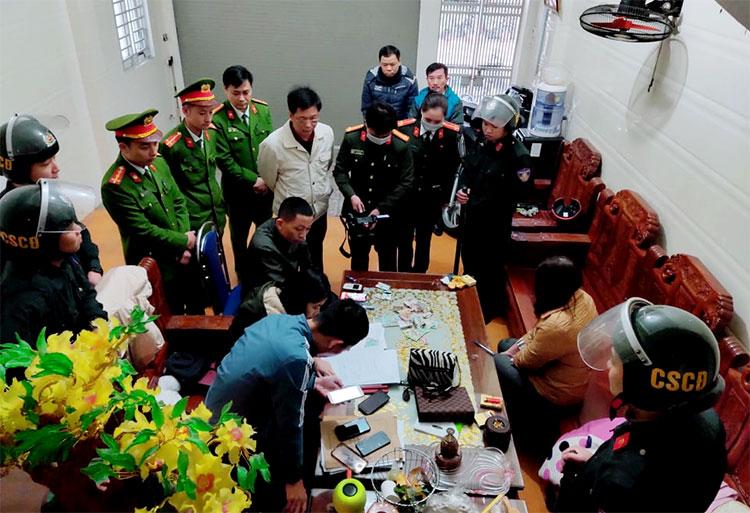 Cảnh sát đội kích nhà của một nghi can trong đường dây, tối 14/1. Ảnh: Hùng Lê