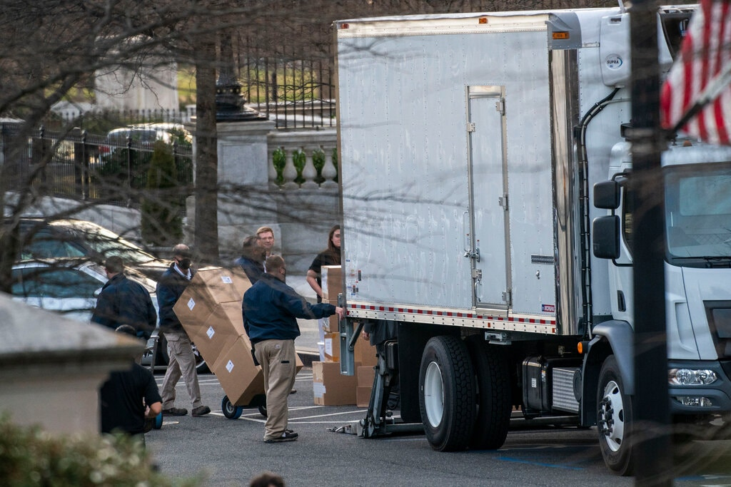 Nhân viên chuyển thùng lên xe tải bên ngoài Nhà Trắng tuần trước. Ảnh: NYTimes.