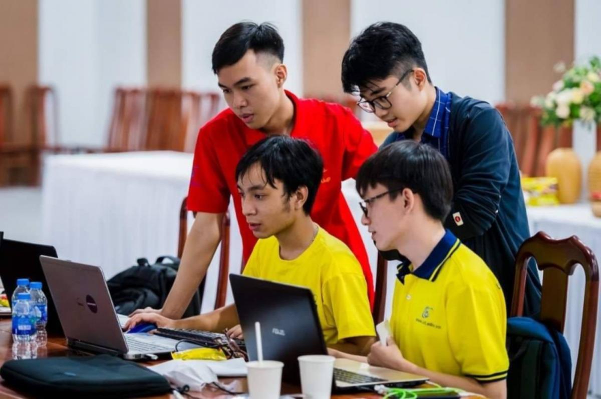 Sinh viên trường Đại học Công nghệ Thông tin trong giờ nghiên cứu khoa học. Ảnh: UIT.
