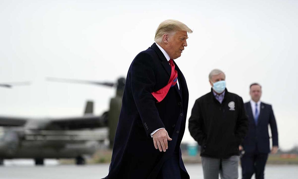 Tổng thống Donald Trump tại sân bay quốc tế Valley, ở Harlingen, bang Texas hôm 12/1. Ảnh: AP.