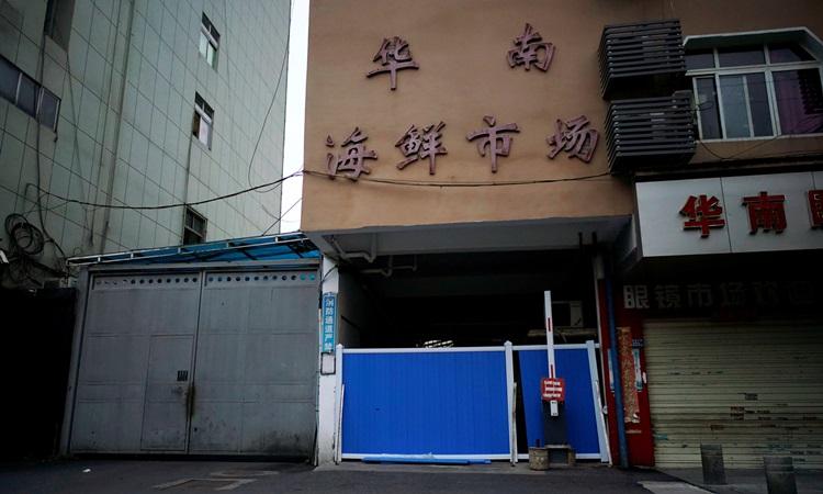 Lối vào chợ hải sản Hoa Nam ở Vũ Hán bị chặn hôm 30/3/2020 sau khi nơi này ghi nhận đợt bùng phát Covid-19 đầu tiên trên thế giới. Ảnh: Reuters.