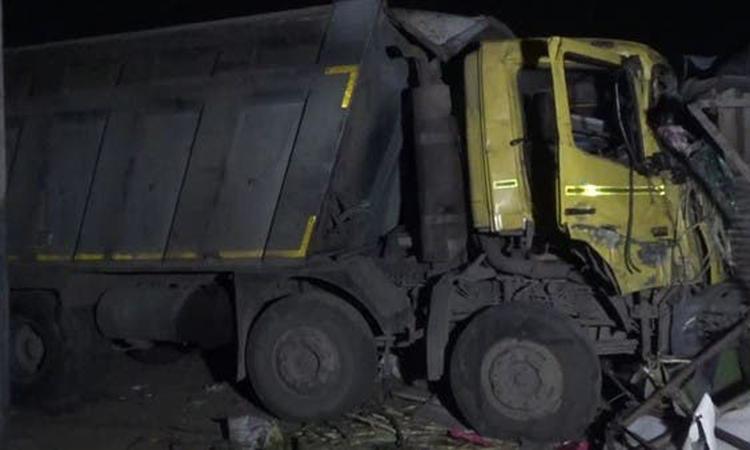 Hiện trường xe ben mất lái đâm chết 15 người ở bang Gujarat, miền tây Ấn Độ hôm nay. Ảnh: Alarabiya.