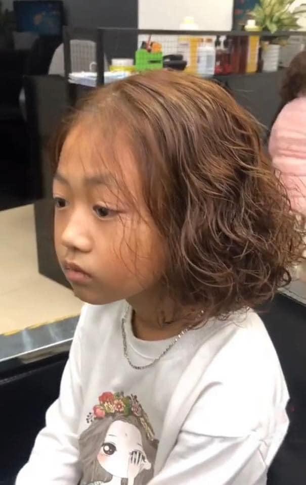 Bé gái thẫn thờ khi mẹ dẫn đi uốn tóc - 4