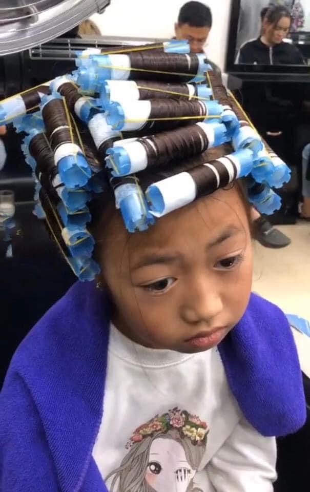 Bé gái thẫn thờ khi mẹ dẫn đi uốn tóc - 2