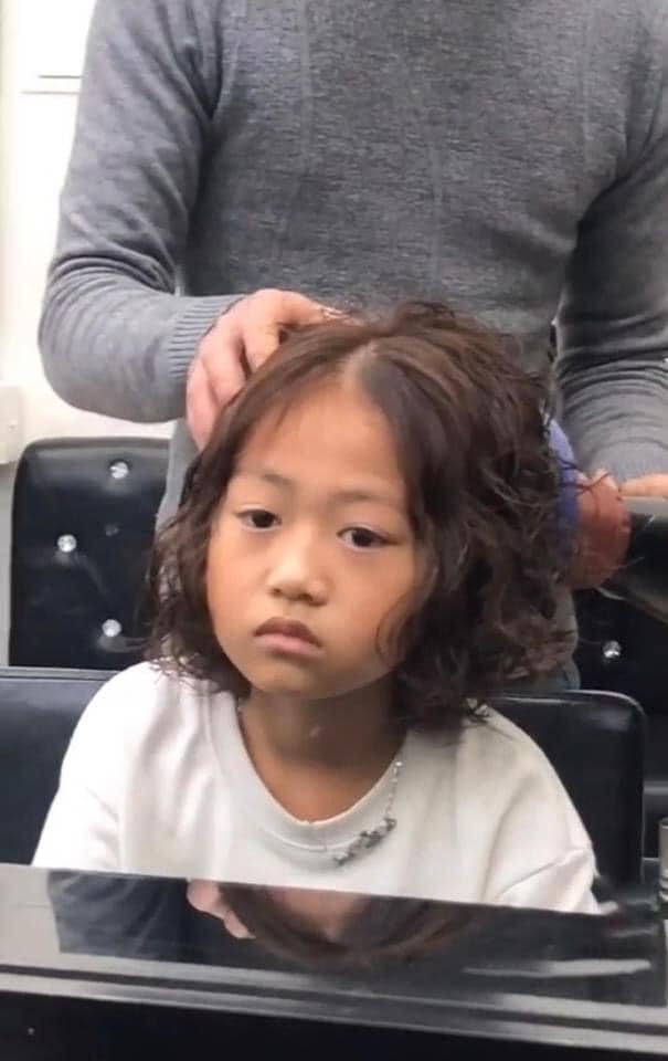 Bé gái thẫn thờ khi mẹ dẫn đi uốn tóc - 6