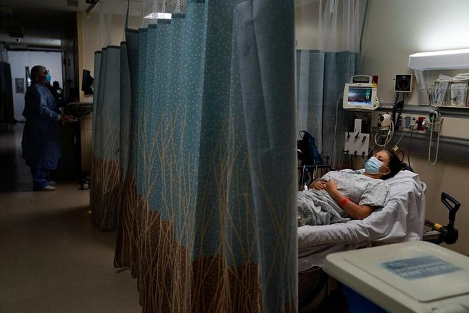 Bệnh nhân trong khoa cấp cứu tại một bệnh viện ở Los Angeles đang chờ kết quả xét nghiệm nCoV, tháng 12/2020. Ảnh: AP.