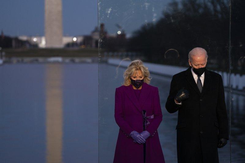 Joe Biden và phu nhân tưởng niệm các nạn nhân Covid-19 tại Đài tưởng niệm Lincoln ở Washington hôm 19/1. Ảnh: AP.