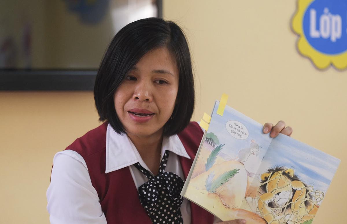 Cô Chu Thị Huyền trong tiết đọc truyện cho học sinh ở thư viện trường, sáng 19/1. Ảnh: Dương Tâm.