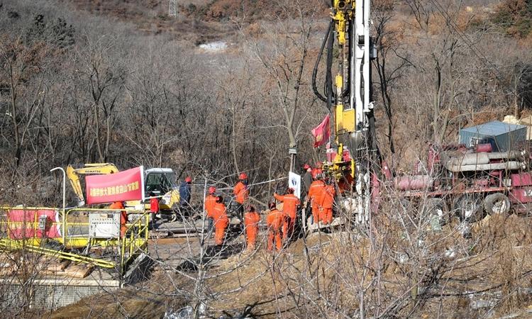 Lực lượng cứu hộ làm việc tại hiện trường vụ nổ mỏ vàng ở tỉnh Sơn Đông, Trung Quốc hôm 18/1. Ảnh: AFP.